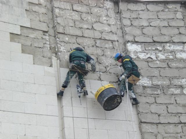 Демонтаж фасадной плитки на высоте Белгород