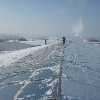 Уборка снега со стеклянных крыш