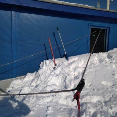 убрать снег с крыши