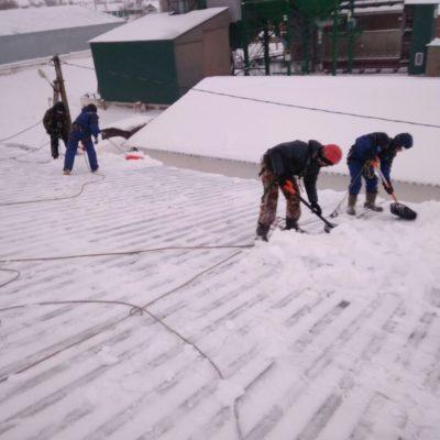 Чистка снега с крыш в Белгородской области.