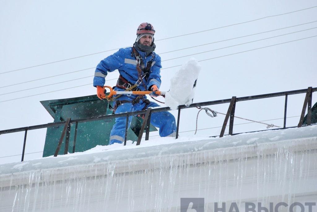 Чистка снега и наледи с крыш в Белгороде.