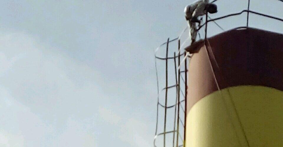 Альпинист красит башню