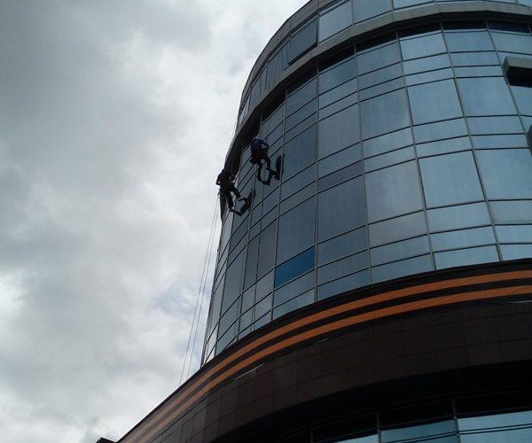Мойка стеклянного фасада на высоте Белгород
