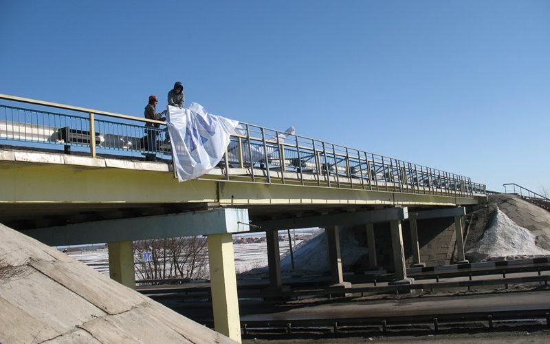 монтаж баннера на мосту