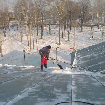 Убор снега с крыш домов