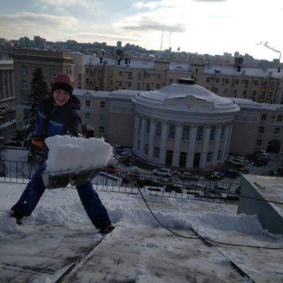 Веселая команда по чистке снега с крыш Белгород