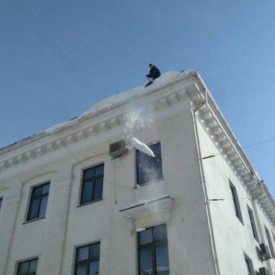 Чистка снега с крыш высоких зданий Белгород