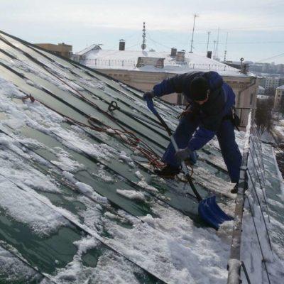 Чистка жестяной крыши от снега Белгород