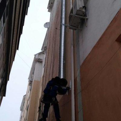 Закрепление воздуховодов альпинистами