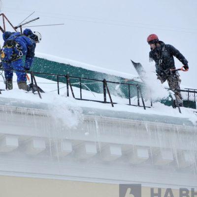 Чистка снега с крыш в Белгороде.